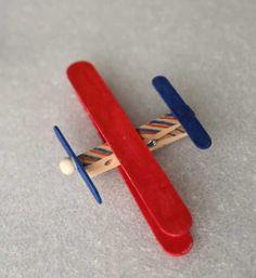 Aprenda como fazer um avião de palito de picolé com o DIY deste post e descubra como as brincadeiras do seu filho podem ser simples e divertidas!