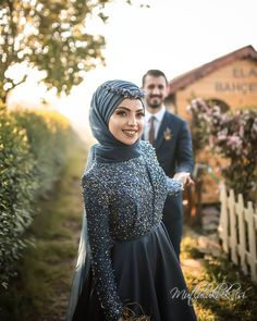 Huzur dolu aşklar efendim🙇🍃💐❤️ You will find different rumors about the real history of the marriage dress; tesettür First Narration; Hijab Evening Dress, Hijab Dress Party, Hijab Style Dress, Muslimah Wedding Dress, Muslim Wedding Dresses, Hijab Bride, Dress Wedding, Wedding Poses, Wedding Couples