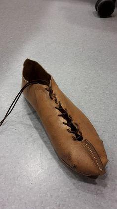 Zapato cerrado elaborado con un patrón expuesto en el museo de Aallen (Alemania). Boots, Fashion, Log Projects, Closed Toe Shoes, Germany, Museums, Rome, Crotch Boots, Moda