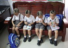Quadrigêmeos chineses exibiram um corte de cabelo estilizado ao serem fotografados em Shenzhen (Foto: AFP)