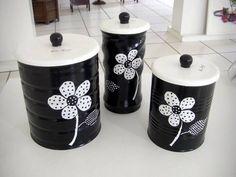 Conjunto de três latas recicladas.  Todas pintadas a mão ( não é decoupage).  Tampas em MDF. R$ 75,00