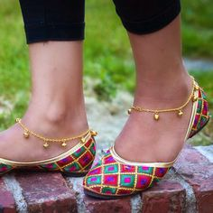 These simple anklets (payal) are perfect from summer. They take just a few minutes to make and look great on the beach!