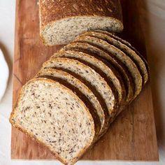 PAN INTEGRALPor lo general suelo comprar mi pan por falta de tiempo.  Me gusta el de @lpqar, @hausbrotsa, @lepiboulangerie o el de @hierbabuenaweb. Y del super @oroweatargentina. Pero cuando puedo, me gusta hornear el mio. Lo hago a mi gusto y con mucho ❤️❤️ Les paso la receta de mi pan integral: 300 gr de harina integral fina 150 gr de harina de trigo 0000 50 gr de semillas de lino molida, salvado de avena o germen de trigo. 50 gr de avena Semillas a gusto (yo uso: chia, l... Cheese Recipes, Bread Recipes, Banana Bread, Food And Drink, Healthy Recipes, Meals, Baking, Instagram, Desserts