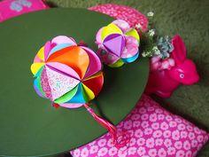 今日は、昨日の「簡単なくす玉」の作り方の続きです。10:三角を裏から10個セロテープでつけたものを、11:ぐるっと輪っかにします。12:輪っかにした一つの... Diy And Crafts, Crafts For Kids, Paper Crafts, Quilling, Origami, Projects, Dementia, Montessori, Paper Crafting