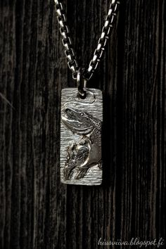 Kaiverrettu haukiriipus. - Handmade and engraved sterling silver pendant.