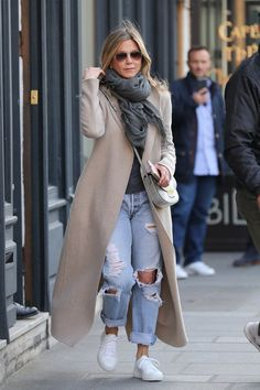 Jennifer Aniston Is Bringing Back Your Favorite Jeans of Yes.- Jennifer Aniston Is Bringing Back Your Favorite Jeans of Yesteryear – - Casual Winter Outfits, Winter Fashion Outfits, Look Fashion, Autumn Winter Fashion, Fall Outfits, Fashion Photo, Fall Fashion, Fashion Ideas, French Fashion