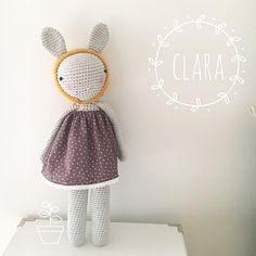 Clara, la princesa de vestido estrellado, con su gorro mostaza y que está lista ya!! Patrón de tournicote Customizada por Libélulas lilas &Co #libelulaslilasybotonesazules #libelulaslilas&co #crochet #crochetlove #crochetaddict #amigurumi #baby #babytoy #babydeco #kids #kidsdeco #kidsroom #sewing