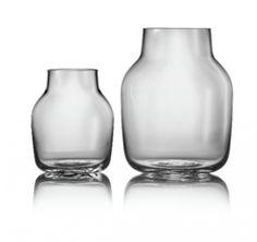 Det enkel er ofte det beste og det gjelder også Silents enkle uttrykk. Det er formen av vasen som er i fokus, designet av Andreas Engesvik. Det rolige designet gir deg en tidløs vase - som er 100% håndlaget. Må håndvaskes. S: Ø 11 cm, h 13,4 cm L: Ø 15 cm, h 19 cm.