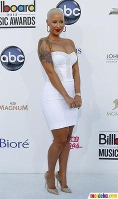Penyanyi Amber Rose berpose dengan busana putih yang seksi saat di malam penghargaan Billboard Music Awards di MGM Grand Garden Arena di Las Vegas, Nevada, Minggu (20/5).