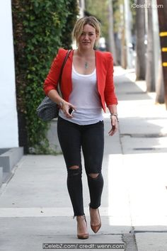 Hilary Duff Leaving the gym http://icelebz.com/events/hilary_duff_leaving_the_gym/photo1.html