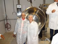 D P Île de la Réunion Clarissa et Céline, devant une cuve de fabrication (cosmétiques)