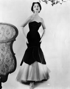 Dovima in Christian Dior. Vintage Vogue, Vintage Glamour, 50s Glamour, Vintage Outfits, Vintage Gowns, Mode Vintage, Dress Vintage, Christian Dior, 1950s Style