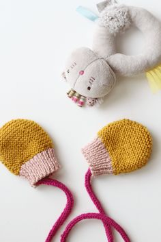 DIY knitting - little mittens for winter - Petit em Knitting For Kids, Baby Knitting, Crochet Baby, Kids Crochet, Crochet Headband Pattern, Family Christmas Outfits, Diy Pillow Covers, Crochet Gloves, Upcycled Clothing