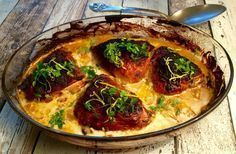 Kylling med dijonsennep, honning, citron, fløde og andet godt, samt sprøde ovnkartofler og grøn salat
