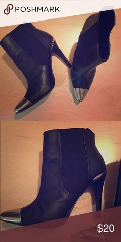 H&M silver cap booties! These booties are the perfect pair of shoes that will spice up any outfit! Super comfortable and like new! H&M Shoes Ankle Boots & Booties