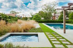 amenagement-jardin-piscine-jacuzzi-allée-gazon-dalles-pergola aménagement de jardin