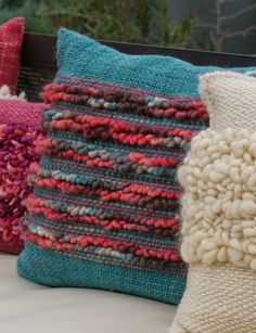 Emma - Almacén de cosas lindas: MANTAS & COJINES Weaving Textiles, Tapestry Weaving, Loom Weaving, Hand Weaving, Crochet Cushion Cover, Crochet Cushions, Weaving Projects, Silk Ribbon Embroidery, Arm Knitting