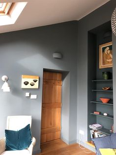 De Nimes blue on walls in a light-filled south-facing room, with Inchyra Blue in the alcove & Ammonite on the ceiling Color Schemes Colour Palettes, Kitchen Colour Schemes, Bedroom Color Schemes, Bedroom Colors, Inchyra Blue Farrow, Farrow And Ball Inchyra Blue, Farrow Ball, Farrow And Ball Living Room, Living Room Grey