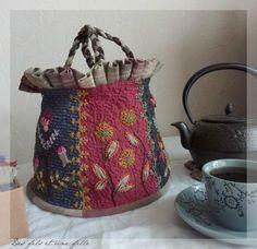Mabushi kumai chinu sakura iroi kokoro hodo ketetsuki akari no naka kimi no kao ga ukande kieta Machi. Embroidery Bags, Embroidery Stitches, Sac D'art, Textiles, My Style Bags, Spring Bags, Crazy Patchwork, Art Bag, Quilt Stitching