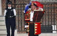 A town crier announces the royal birth outside the Lindo Wing of St Mary's Hospital after Catherine, Duchess of Cambridge gave birth to a baby boy in central London July 22, 2013. Prince William's