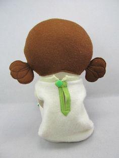 Esta es perla una muñeca artesanal. Ella mide 19 de alto. Hecho de lana previamente lavada repurposed suéteres y tejidos de lana. Sus ojos, la nariz y la boca son handstitched. Ella tiene desmontables de lana de chaqueta, zapatos boina, bufanda, vestido, calcetines y cuero con broches cierran ups. Su pelo está hecho de fieltro de lana 100%. Incluyó con la perla es una tarjeta hecha a mano y bolsa de regalo listo para regalar. Prendas de vestir adicionales y líneas de accesorias…