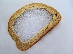Terézia Krnáčová de Bratislava crée des oeuvres dans lesquelles elle mélange des objets et du textile comme pour se pain tranché dont la mie est brodée de fil blanc.