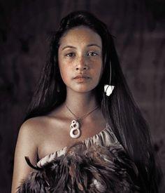 """So echt, so kraftvoll. Sie geben sich echten Respekt"" maori woman by Jimmy Nelson"