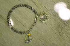 """Bracelet """"Moussaillon"""" en bronze et sa perle naturelle de jaspe, composé d'un bateau et de la barre d'un navire. #bijoux #bracelet #faitmain #bateau"""