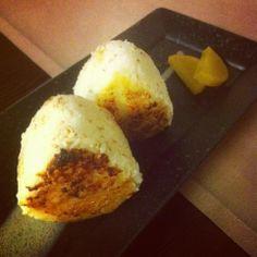 Onigiri de arroz con miso a la brasa en Madrid.  El Himawari es uno de mis restaurantes japoneses preferidos. Yo siempre me baso en las expectativas que tengo de los sitios (si te lo recomiendan, será muy bueno), y as este sitio llegué sin ninguna recomendación ni expectativa. Resultado: una grata sorpr  http://www.onfan.com/es/especialidades/madrid/himawari-sake-dining/onigiri-de-arroz-con-miso-a-la-brasa?utm_source=pinterest&utm_medium=web&utm_campaign=referal