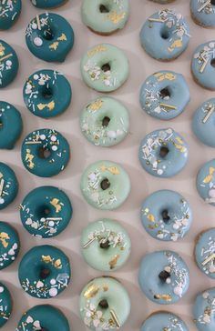Use these shades (include a dark blue) Fancy Donuts, Blue Donuts, Mini Doughnuts, Shark Birthday Cakes, Homemade Birthday Cakes, Bakery Recipes, Donut Recipes, Doughnut Shop, Balloon Cake