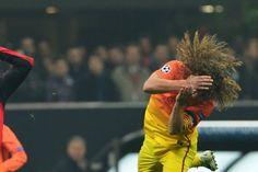 Carles #Puyol recibe un golpe en un salto.
