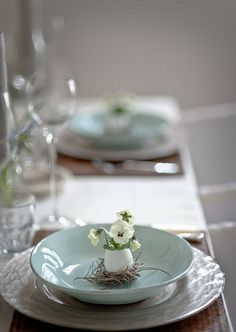 Perfectly lovely addition to an Easter table setting or Spring table setting Tutorial Diy, Easter Table Settings, Diy Ostern, Beautiful Table Settings, Deco Floral, Floral Design, Easter Celebration, Easter Brunch, Sunday Brunch