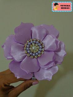 Linda tiara produzida com tecido de cetim e miolo de pérola e strass.