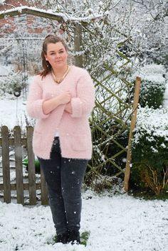 Kuschel-Strick-Jacke rosa weiß Jeggins grau Winter | Plus SIze Fashion Outfit | pink blush cozy knit cardigan grey skinny jeans snow