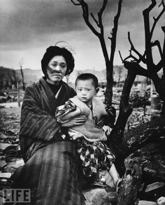 A Mother and child in Hiroshima, four months after the atomic bomb dropped. This year marks the anniversary of the bombing of Hiroshima (August and Nagasaki (August (Alfred Eisenstaedt—The LIFE Picture Collection/Getty Images) Edward Weston, Hiroshima E Nagasaki, Hiroshima Bombing, Pearl Harbor, Ansel Adams, Fotojournalismus, Famous Photos, Amazing Photos, World History