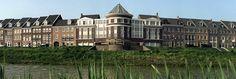 De bouw van wijk 'Brandevoort' in Helmond begon in '95. Deze Vinex-wijk werd gebouwd in de stijl van het neo-traditionalisme. Brandevoort (2015). Woonsferen. Opgeroepen op februari 21, 2015 van Brandevoort: http://www.brandevoort.nl/over-brandevoort/woonsferen/