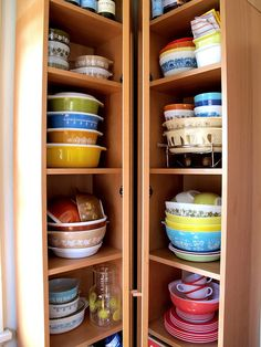 What a great vintage pyrex collection! I would love for this to be my cabinet. Vintage Dishware, Vintage Bowls, Vintage Dishes, Vintage Ceramic, Vintage Pyrex, Pyrex Display, Vintage Kitchen Accessories, Happy Kitchen, Pyrex Bowls