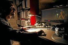 Un técnico de la Filmoteca analiza una de las películas. | E. Carrascal
