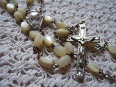 Chapelet en nacre / Rosaire de Lourdes / Long sautoir en perles grain de riz / Croix Jésus / Collier en nacre / Bijoux religieux de France