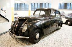 Praga Super Piccolo (1934) s uzavřenou pětimístnou čtyřdveřovou karoserií sedan. Čtyřdobý čtyřválec má zdvihový objem 1 661 cm3, výkon 25,7 ...