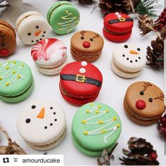 Christmas macaron by . amourducake Christmas macaron by . New Year's Desserts, Cute Desserts, Macaroon Cookies, Xmas Cookies, Christmas Deserts, Macarons Christmas, Christmas Macaron Recipe, Decoration Patisserie, Macaroon Recipes