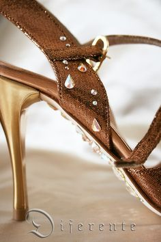 This is a bronze color tango shoes. Motif of drops of Diferente is the theme of this year. This is GEM SOLE.