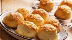 Puha túrós pogácsa recept - nlc.hu Cheese Scones, Cheddar Cheese, Great British Bake Off, Egg Wash, Incredible Recipes, Top Recipes, Tray Bakes, Baked Goods, Muffin