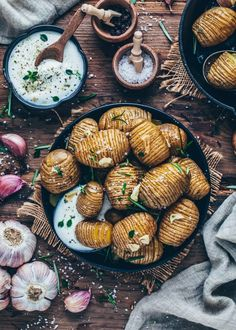 The BEST Crispy Baked Hasselback Potatoes Recipe stuffed with roasted Garlic and Rosemary - An easy, healthy side dish for a simple vegan lunch or dinner! Crispy Baked Potatoes, Garlic Roasted Potatoes, Hasselback Potatoes, Potatoes Au Gratin, Easy Potato Recipes, Vegan Recipes Easy, Healthy Side Dishes, Side Dishes Easy, Vegan Dishes