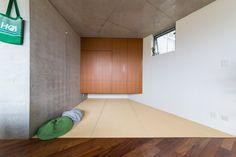 畳スペースは、必要が生じたらカーテンで仕切ることも。奥のクローゼットは、現在はアウターなどを収納。