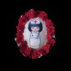 Broche de tela kokeshi enfermera