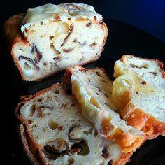 Cake au fromage à raclette, oignons grillés et bacon