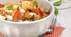 Die roten Linsen sorgen für Biss und schmecken in Kombination mit Zwiebel, Paprika und cremigem Schafskäse für kulinarische Sommernachtsträume.