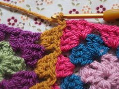 Detailed photo tutorial on how to crochet a granny square for absolute beginners. Crochet Chart, Crochet Stitches, Crochet Hooks, Crochet Patterns, Crochet Blankets, Crochet Afghans, Joining Granny Squares, Granny Square Blanket, Double Crochet