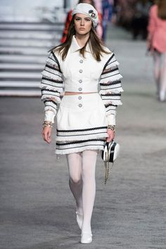 Find tips and tricks, amazing ideas for Chanel resort. Discover and try out new things about Chanel resort site Chanel Couture, Haute Couture Style, Couture Mode, Spring Couture, Couture Fashion, Dubai Fashion, Chanel Fashion, Fashion Week, Runway Fashion